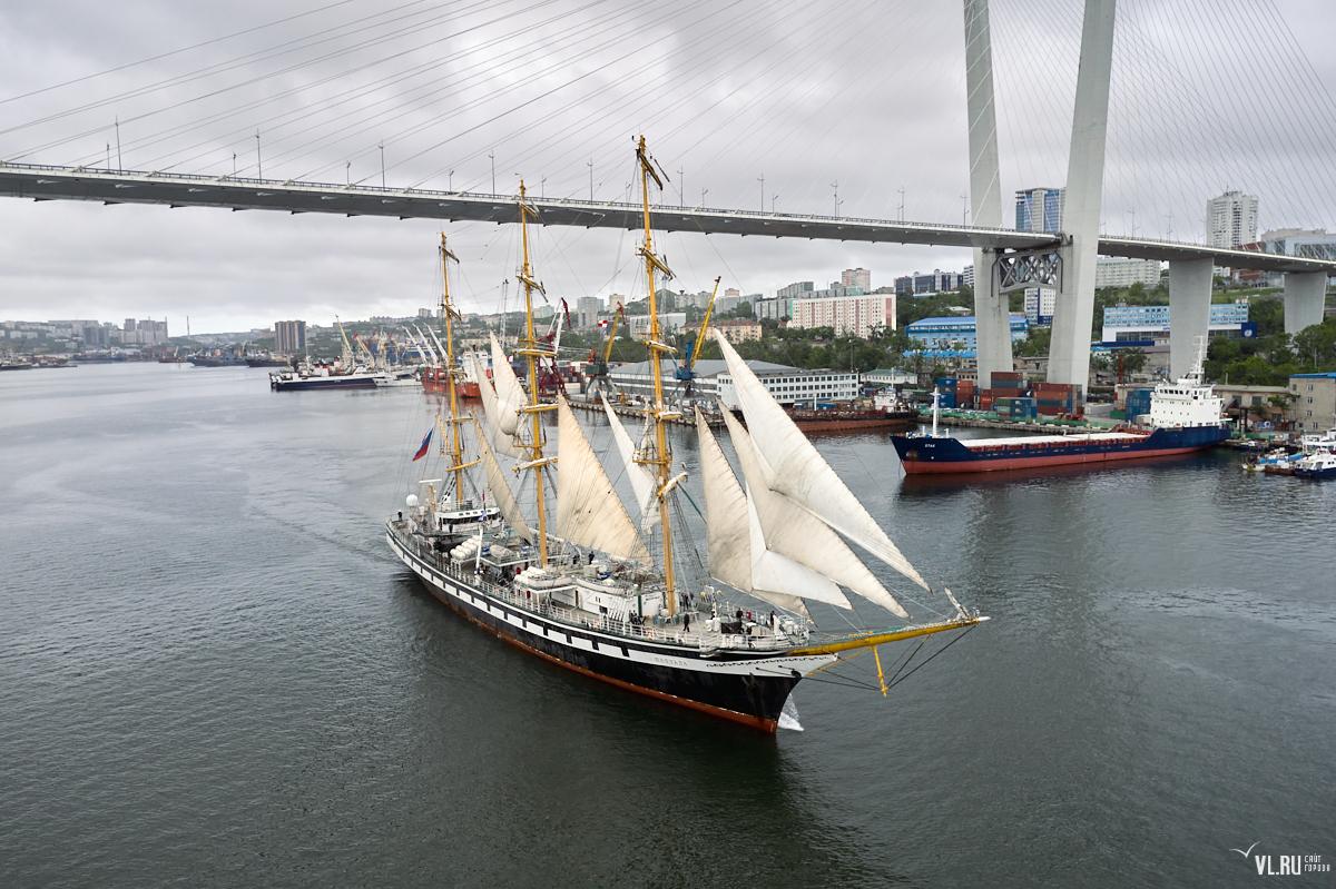 «Паллада» проходит Золотой мост во Владивостоке. Старт экспедиции «Берингия 2021»