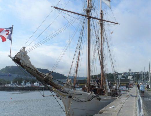 Экипаж большого парусника встречает яхтсменов